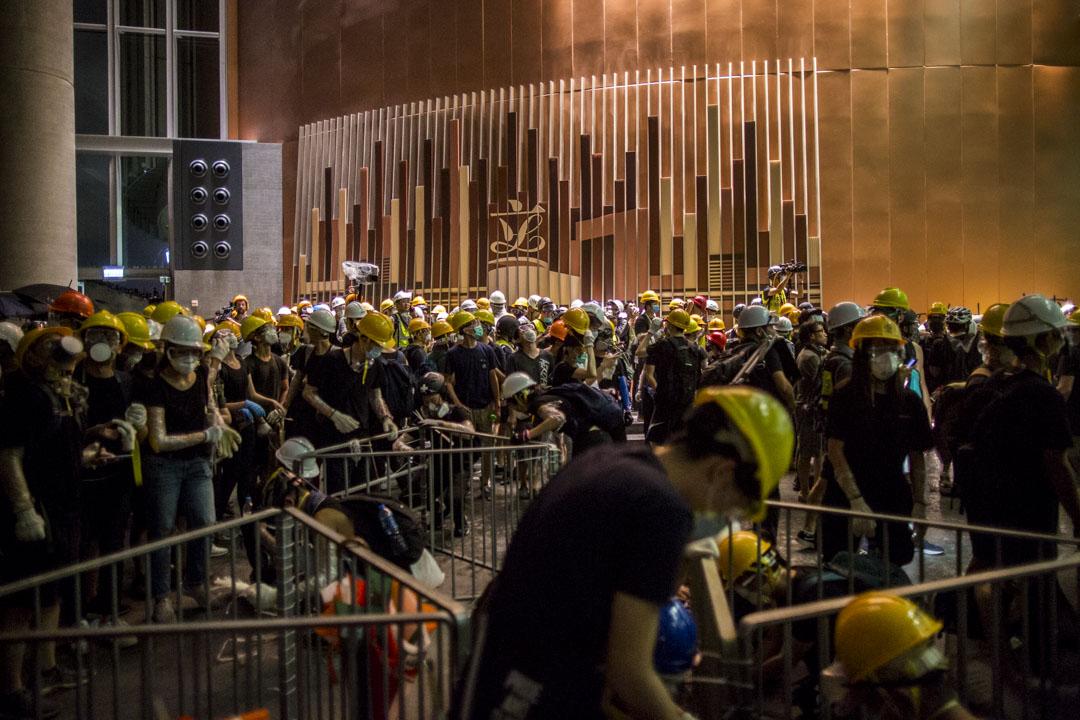 2019年7月1日,香港大量市民在立法會抗議。 攝:林振東/端傳媒