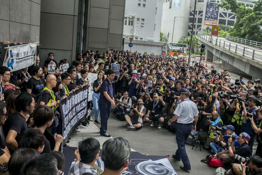 2019年7月14日,「停止警暴 捍衛新聞自由」新聞界靜默遊行,記協主席楊健興向警方代表遞交請願信。
