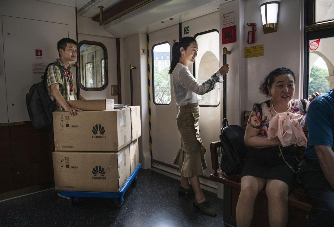 2019年4月24日,在中國東莞華為總部,工作人員在園區的火車上。