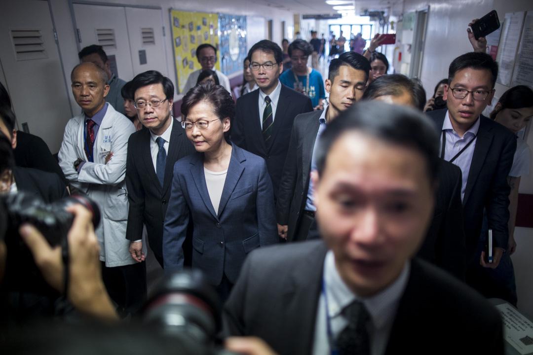 2019年7月15日,香港特首林鄭月娥到大埔那打素醫院探望在前一天沙田衝突中受傷的警員。 攝:林振東 / 端傳媒