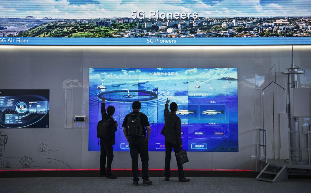 2019年4月26日,深圳華為總部,訪客在觀看華為5G技術的影片。