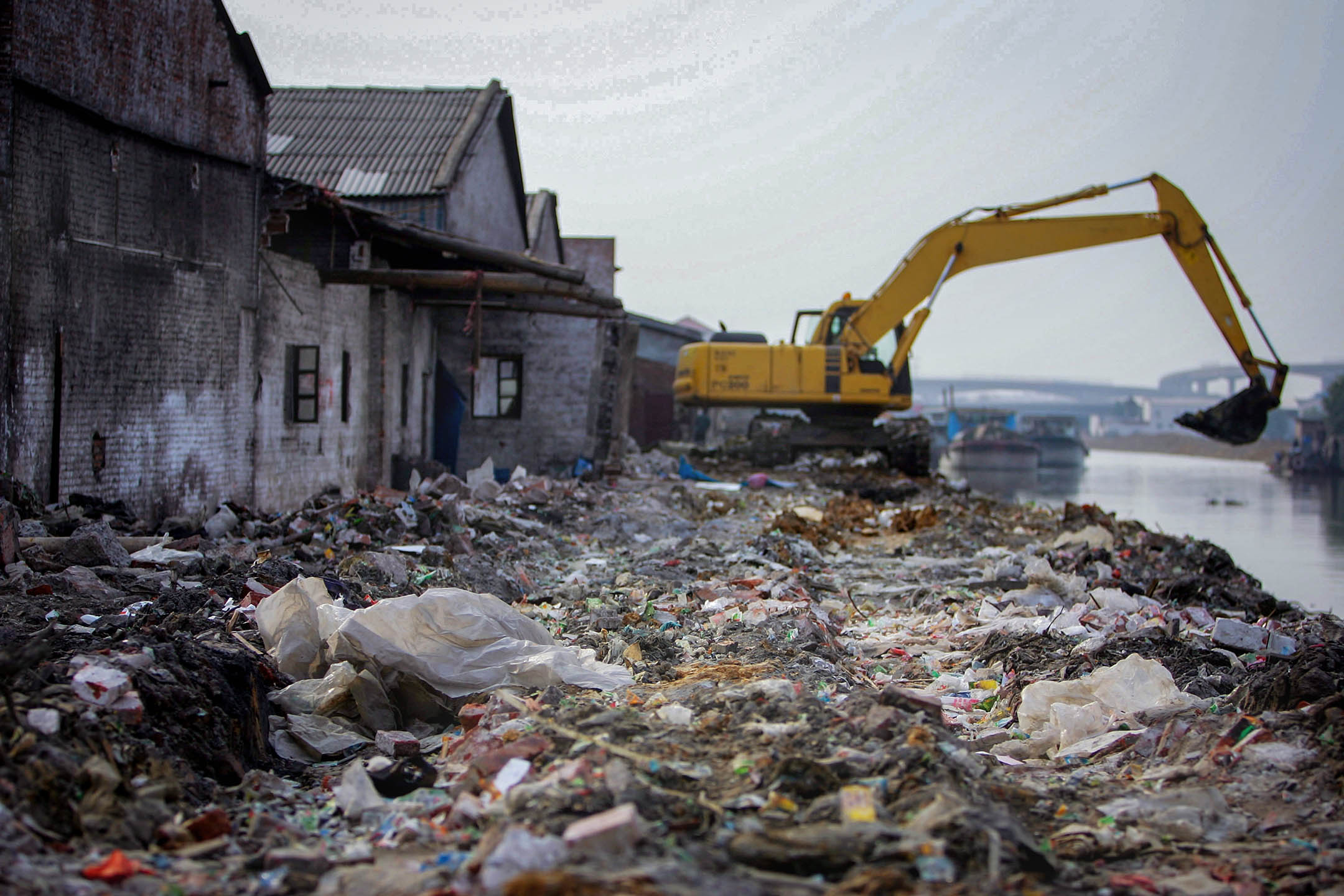 中國廣東省連城,焚燒爐附近被污染的河。  攝:Cancan Chu/Getty Images