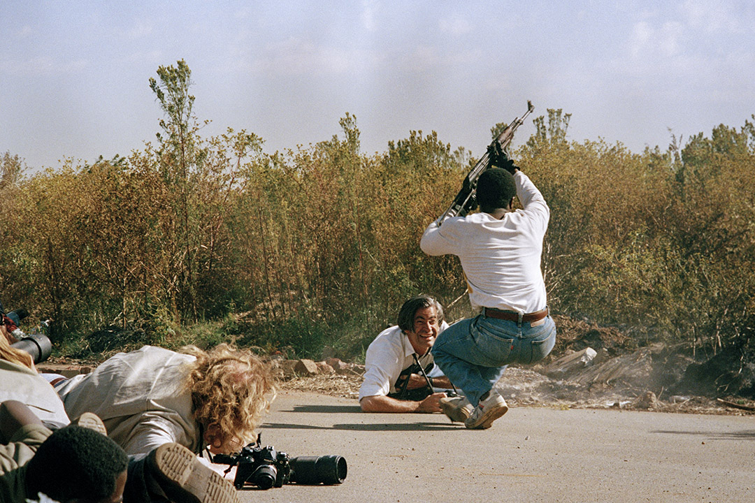 1994年4月19日,新聞攝影師James Nachtwey在非洲的街頭戰鬥中拍攝。  攝:Kevin Carter/Sygma via Getty Images
