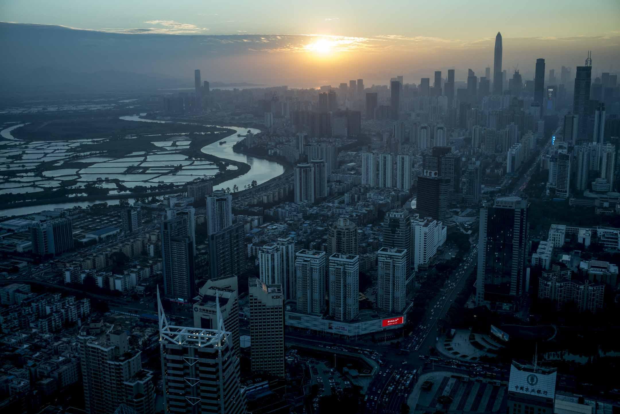 官方的《粵港澳大灣區發展規劃綱要》文件將涵蓋接近7,000萬人口、生產總值達1.51萬億美元的珠三角九市和港澳特區視作一體,重新包裝成一個新的地理空間概念——粵港澳大灣區。