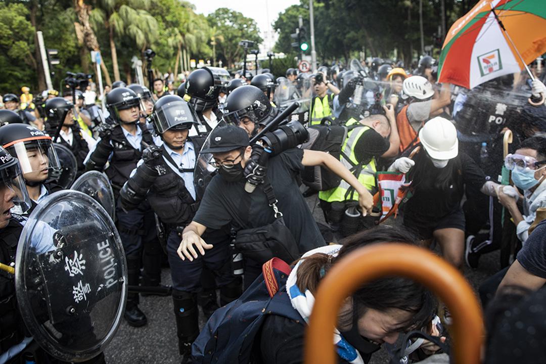 2019年7月13日,警方驅散上水新運路一帶的示威者。