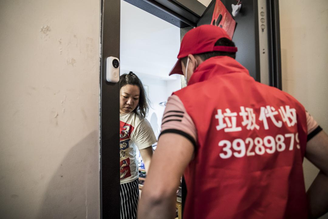 2019年7月2日,上海垃圾代收服務人員。
