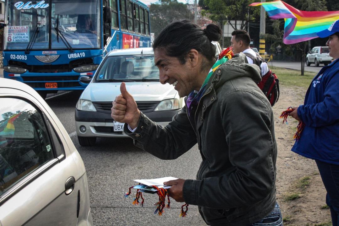 亞庫把長髮紮起,戴着克丘亞標誌性的「印加十字」項鍊,站在車流密集的大道上,不停向路過司機遞出競選傳單。