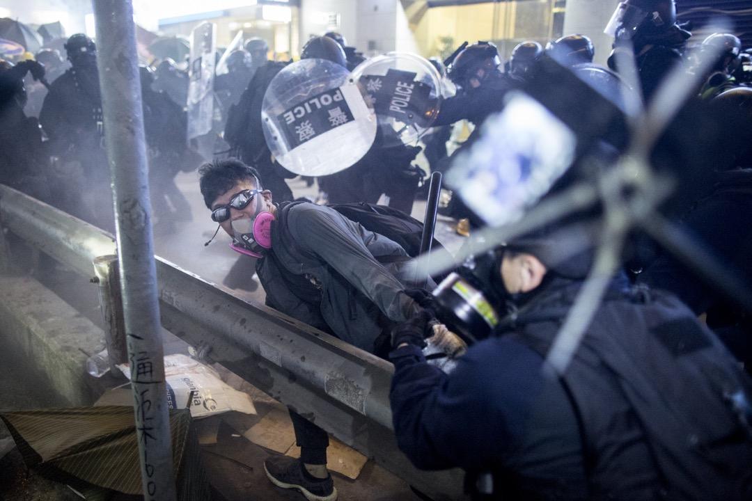上環德輔道中,警察速龍小隊突擊示威者防線,示威者走避。
