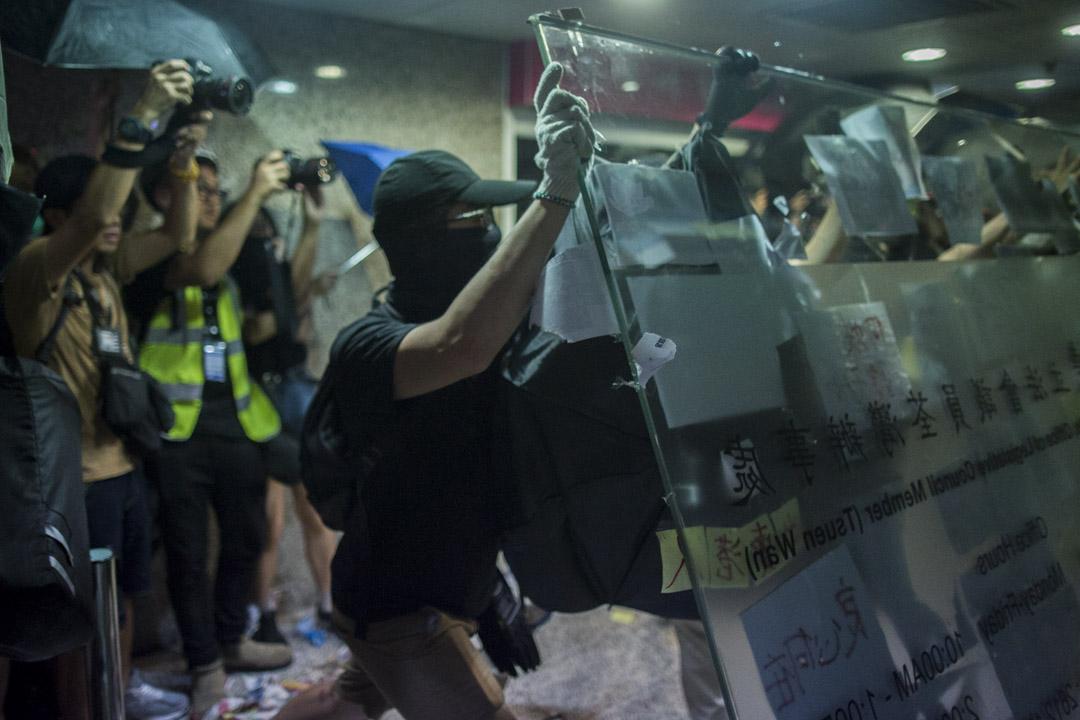 2019年7月22日,網民發起包圍荃灣荃豐中心二樓何君堯立法會議員辦事處抗議,並以硬物擊向辦事處玻璃門及牆,整幅玻璃牆被推倒。