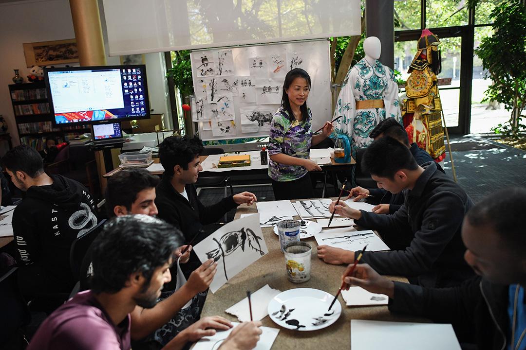 孔子學院院長在科羅拉多州丹佛社區學院教授學生中國書畫。