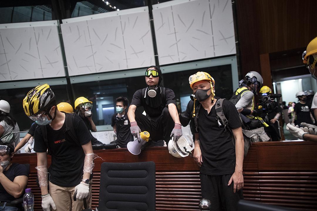 2019年7月1日晚上,示威者佔領立法會議事廳。