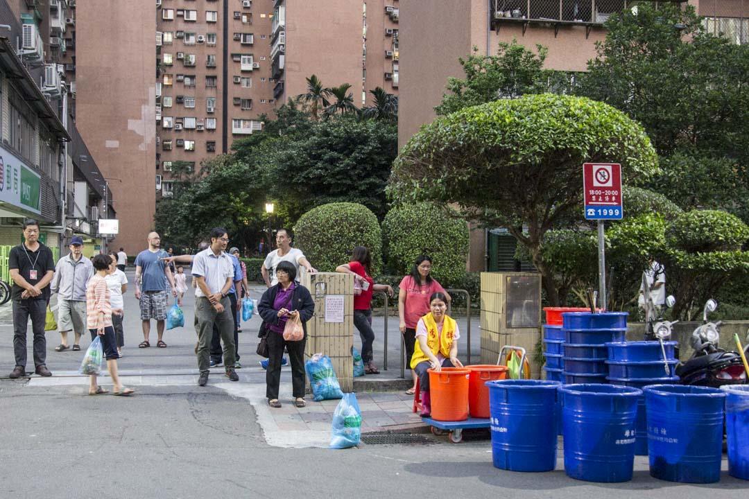 2016年5月2日,台北居民正在等待垃圾收集車的到來。