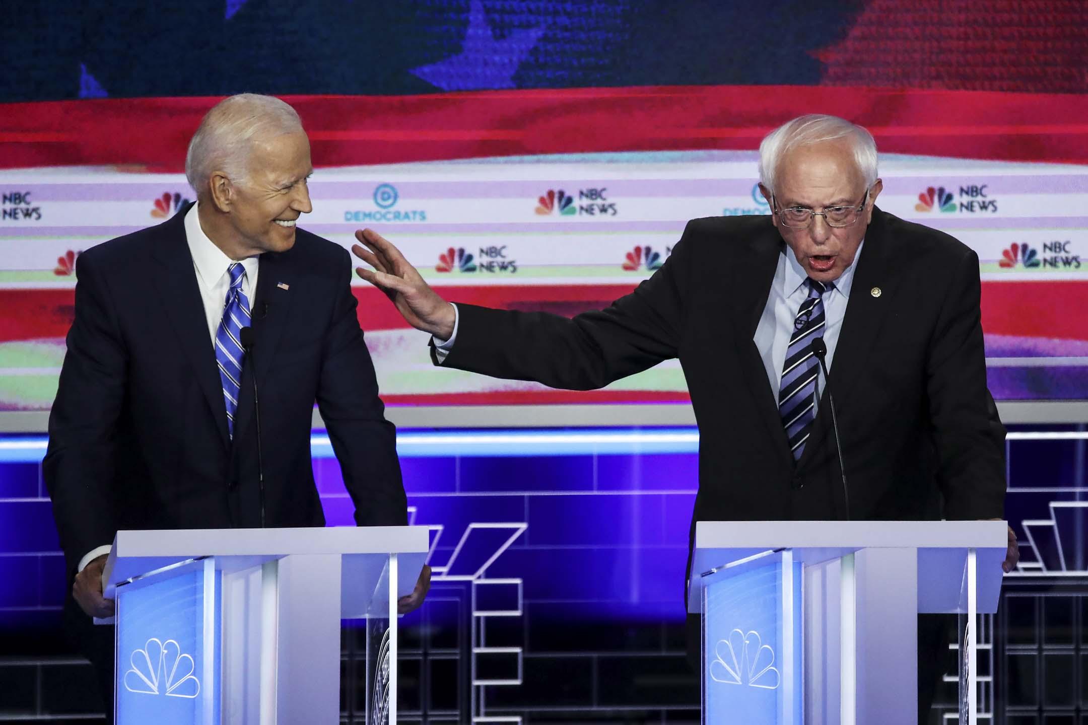 2019年6月27日,美國民主黨初選辯論,拜登(Joe Biden)與桑德斯(Bernie Sanders)。 攝:Drew Angerer/Getty Images
