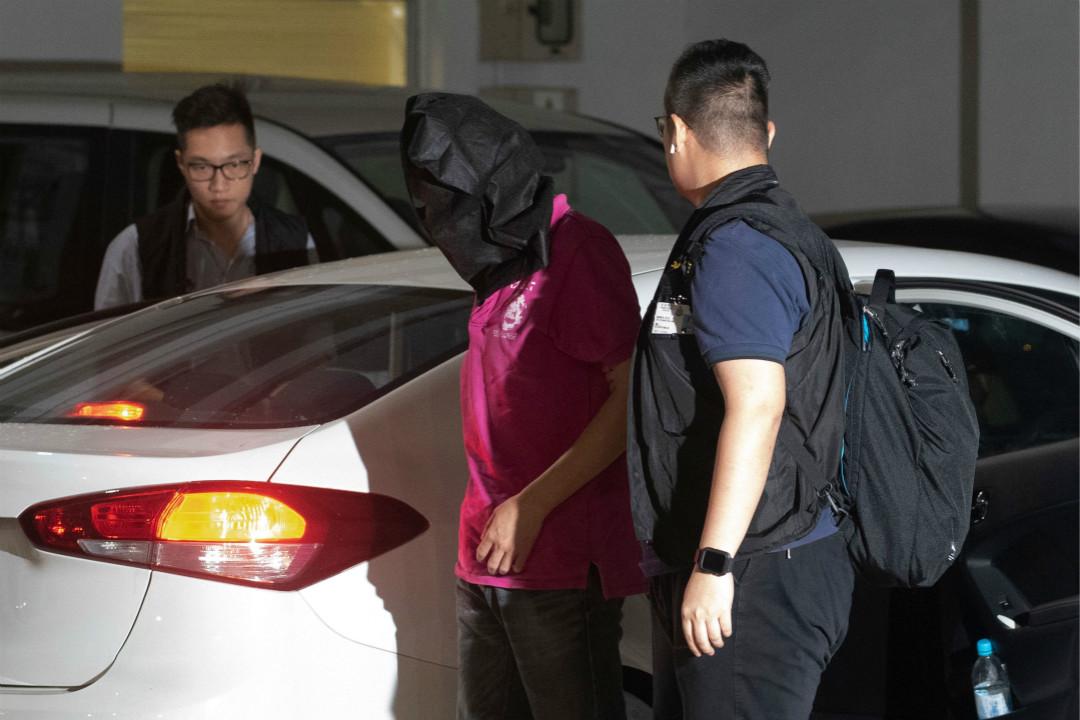 2019年7月22日,香港警察在元朗區以非法集結拘捕一名前晚涉嫌暴力襲擊市民的男子。 攝:Philip Fong/Getty Images
