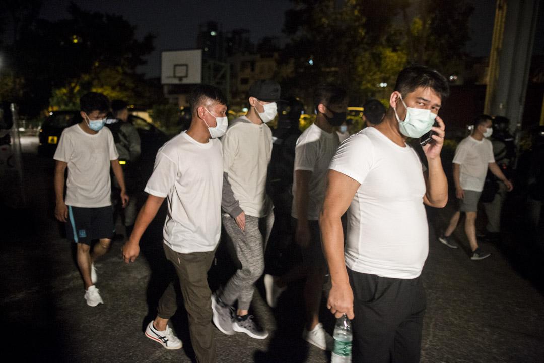 2019年7月22日,凌晨四時多,有十幾名白衣人士從南邊圍村步出,在警方防線前面經過。