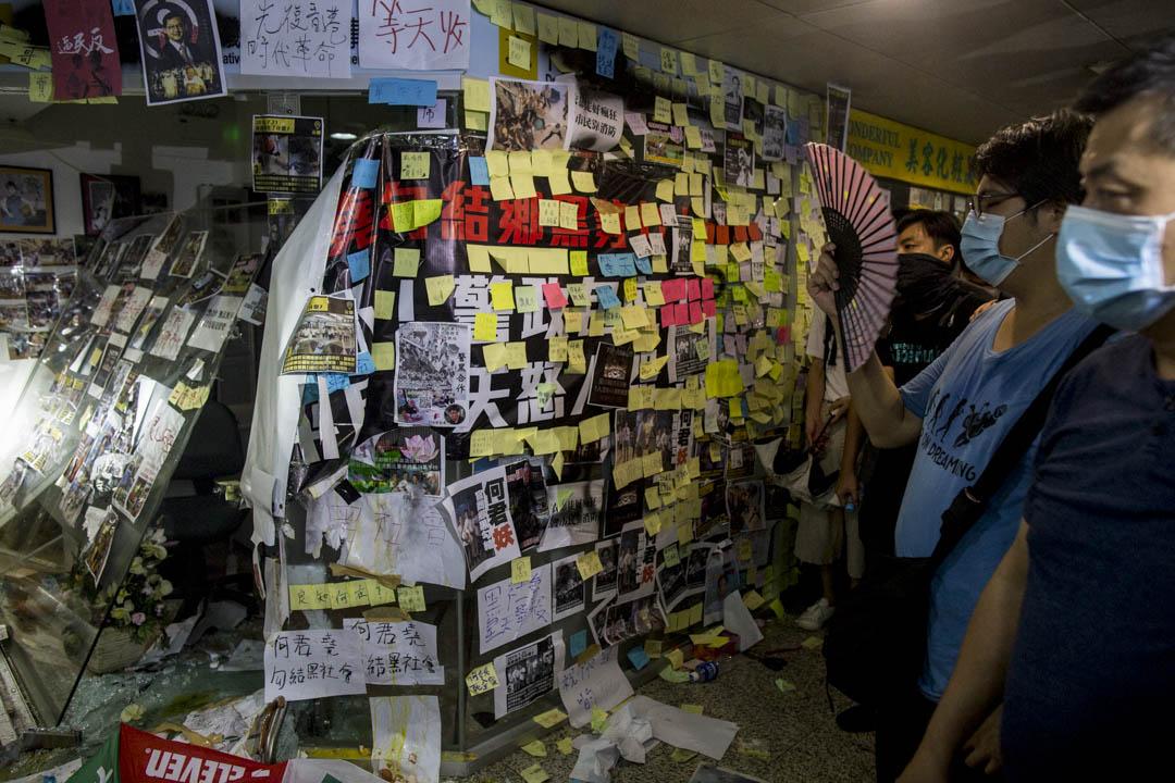 2019年7月22日,網民發起包圍荃灣荃豐中心二樓何君堯立法會議員辦事處抗議,辦事處牆身貼上大量標語及塗鴉,變成「連儂牆」。