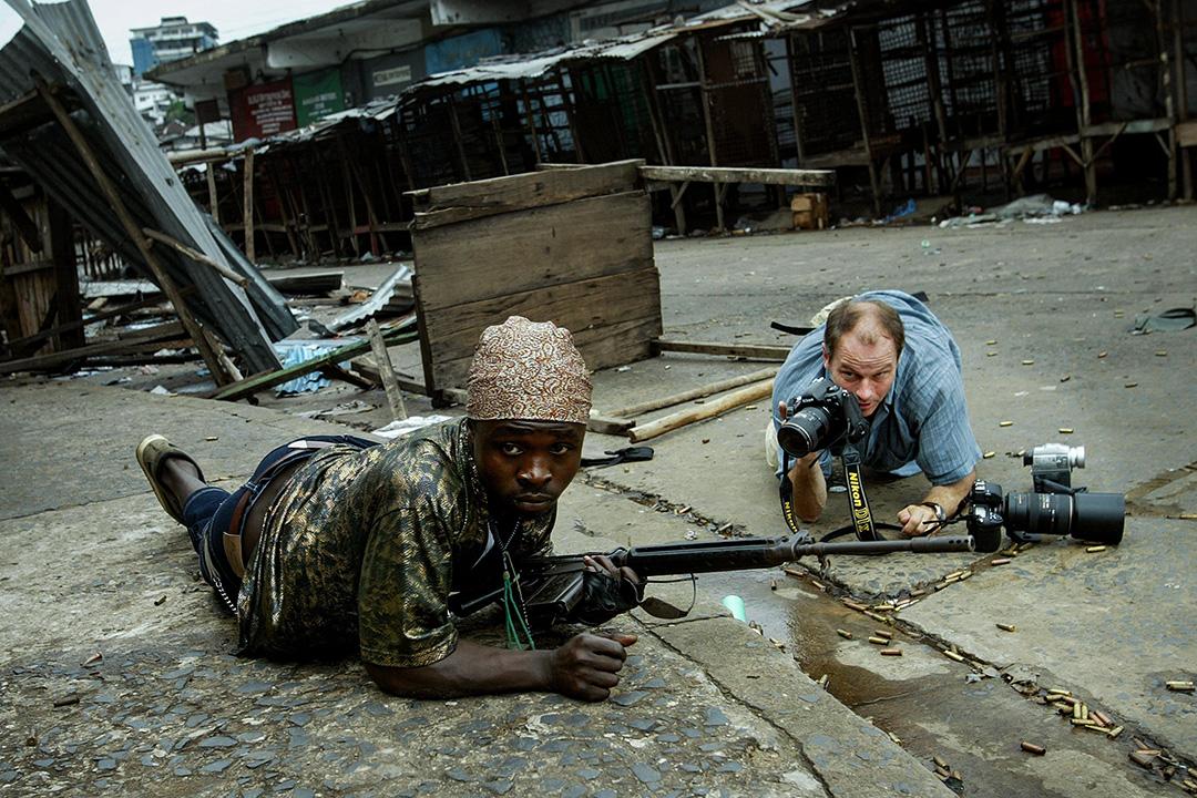 瑞典攝影記者馬丁·阿德勒在2003年7月23日,利比里亞蒙羅維亞市內拍攝一名利比里亞政府士兵。