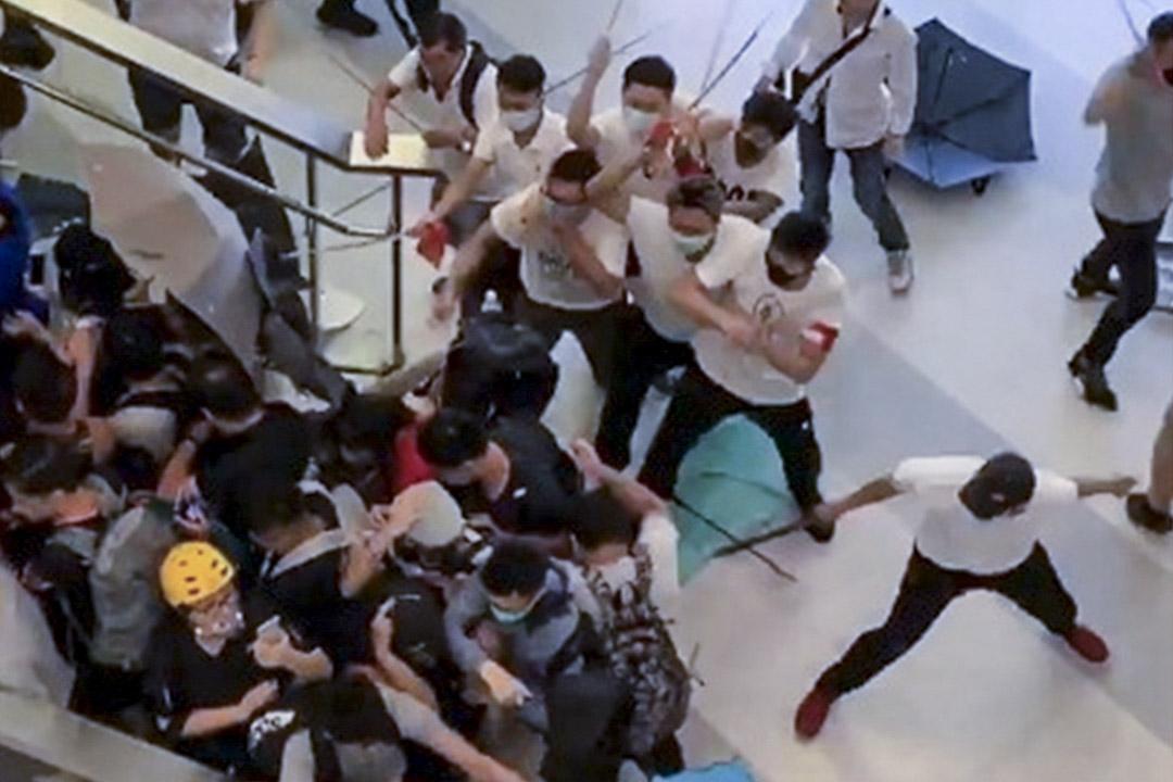 23:00,白衣人在西鐵元朗站大堂襲擊市民。