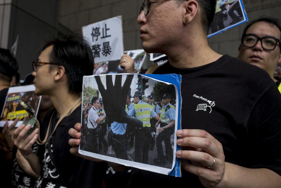 2019年7月14日,警總外記者展示遭受不禮貌對待的場面。