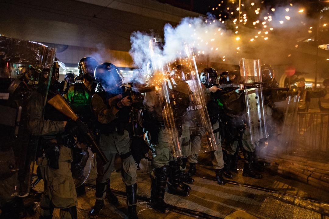 2019年7月28日,警方向聚集於上環西港城外的示威者多次發射催淚彈。 攝:Stanley Leung/端傳媒