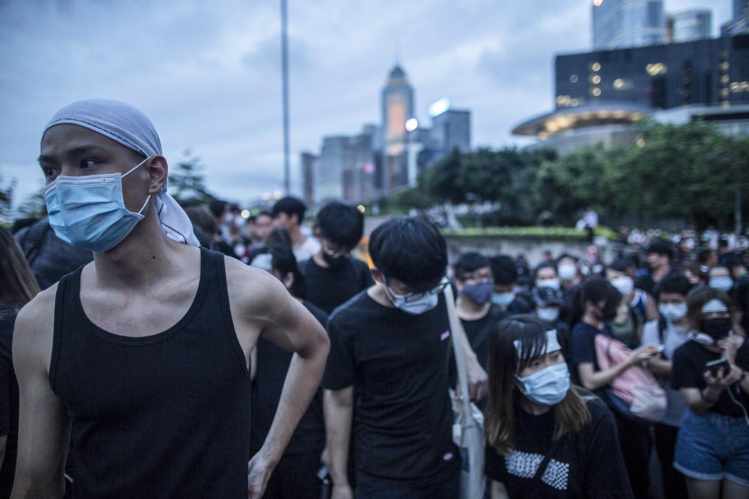 2019年6月17日,近千示威者遊行到特首辦,要求林鄭月娥撤回《逃犯條例》修訂草案,並收回將6月12日衝突事件定性為暴動。