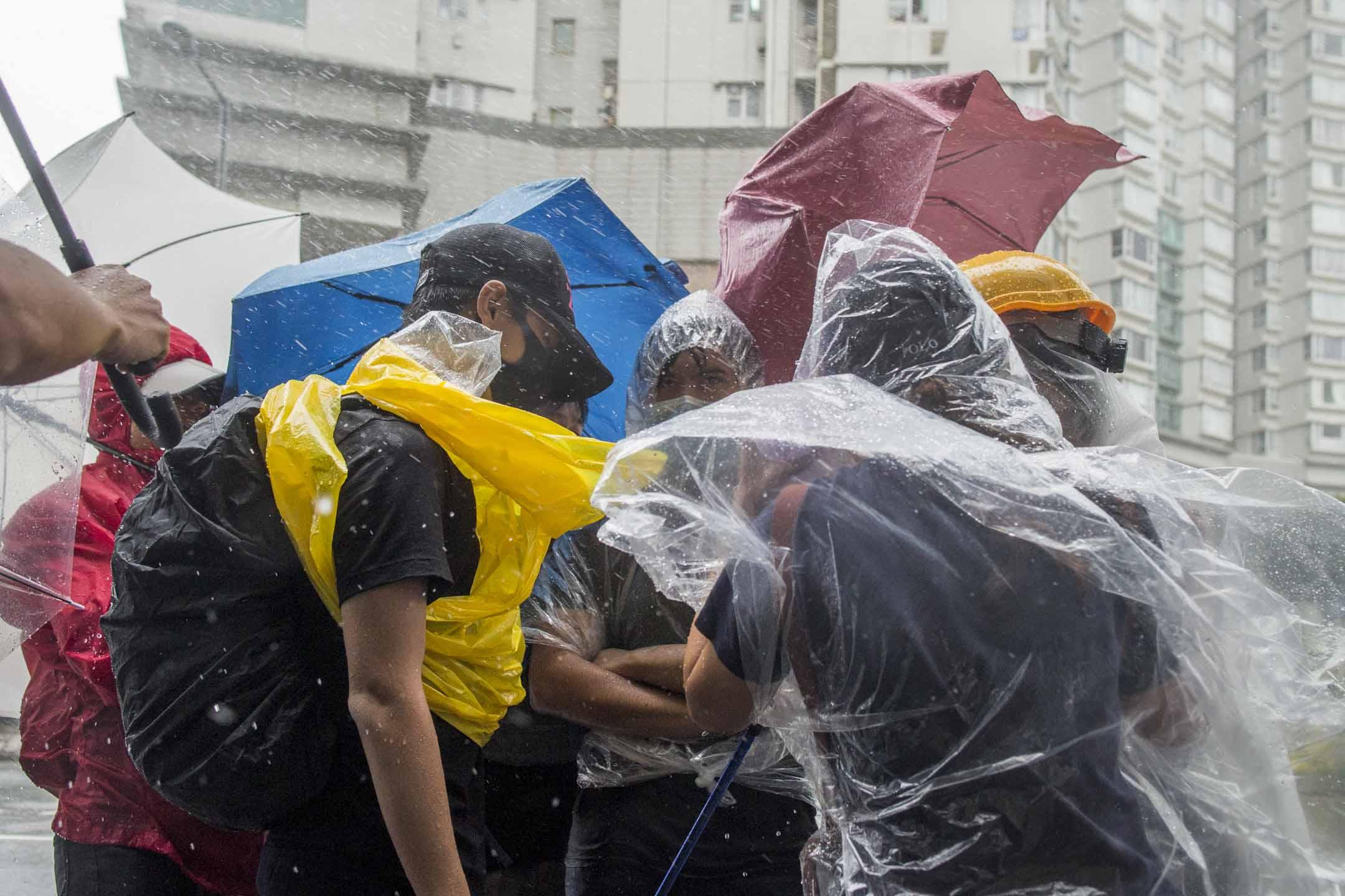 2019年7月31日,三號颱風下,東區法院外聚集數百名市民聲援被控暴動罪提堂人士。 攝:林振東/端傳媒