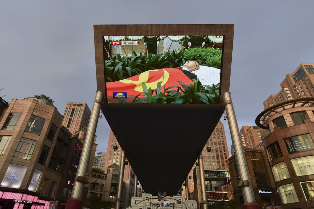 2019年7月29日,北京一個戶外大屏幕上播出李鵬葬禮的畫面。 攝:Greg Baker/AFP/Getty Images