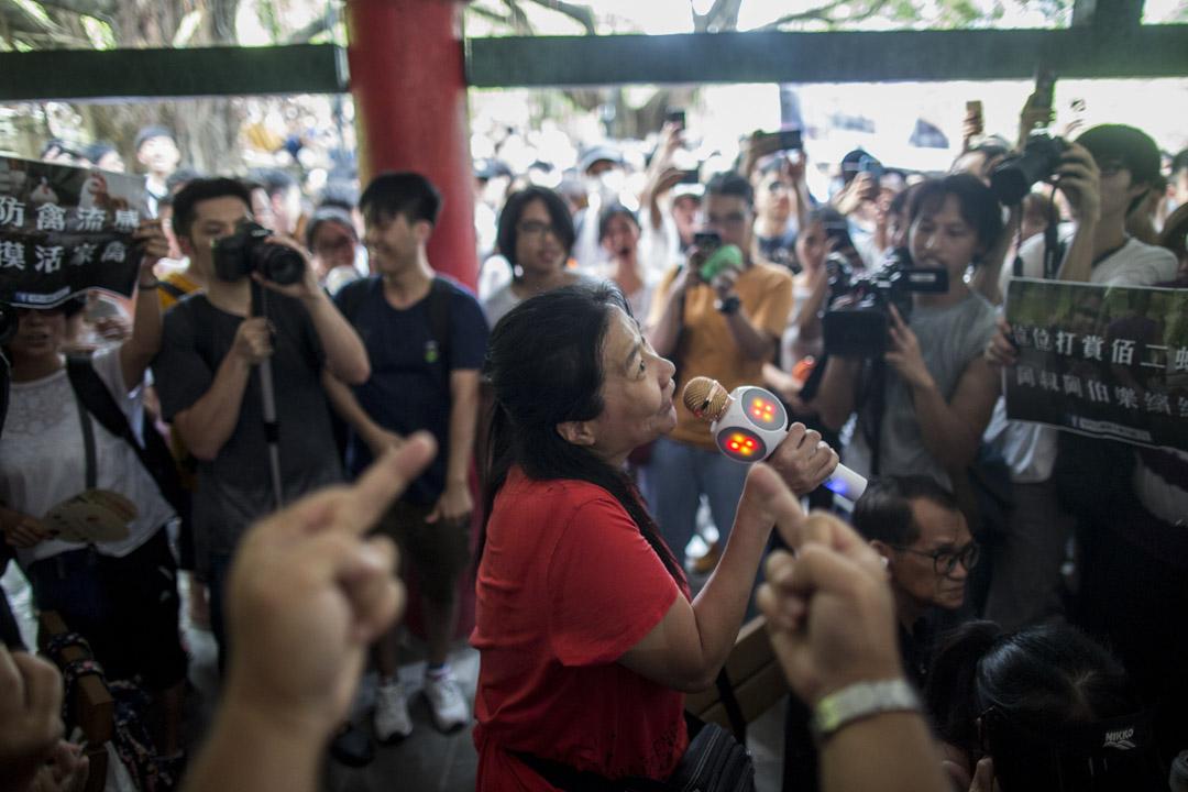 2019年7月6日,「光復屯門公園」行動,一名疑似歌舞團的表演者遭示威者圍罵。
