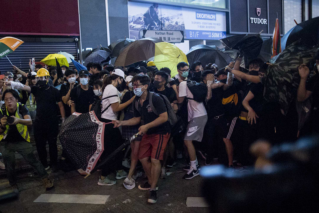 2019年7月7日晚上,警方在旺角彌敦道清場,正預備離開的示威者逃跑。