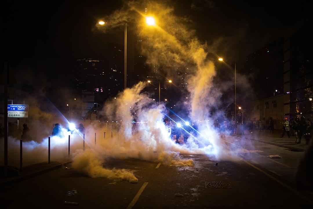2019年7月1日晚上,警方以催淚彈驅散立法會外的示威者。