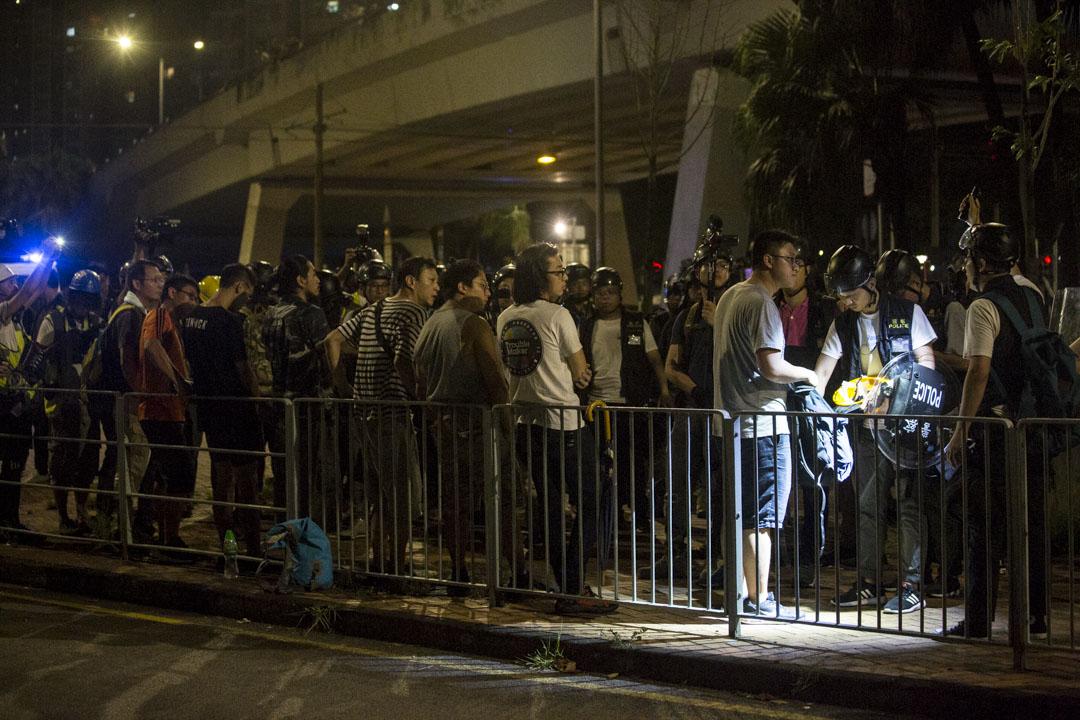 02:30,防暴警察一直在村口處原地不動,又截查在附近街道停留或經過的市民。