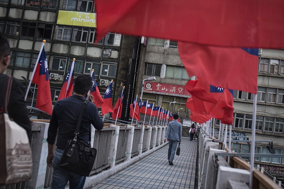 台北的市民下班時間經過行人天橋。 攝:陳焯煇/端傳媒