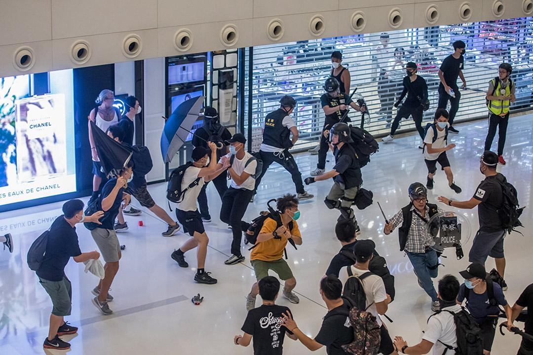 2019年7月14日,香港沙田舉行的示威活動中,警方與示威者在新鴻基經營的新城市廣場內發生衝突。 攝:Paul Yeung/Bloomberg via Getty Images