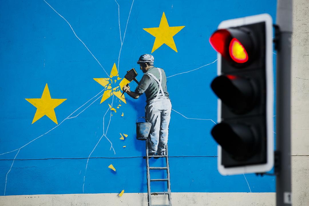 2019年1月5日,街頭藝術家班克斯(Banksy)的一幅塗鴉。 攝:Luke MacGregor/Bloomberg via Getty Images