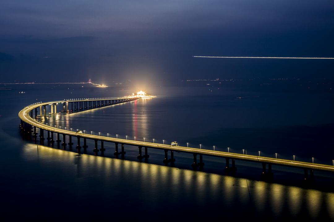 2018年10月24日,連接香港大嶼山、澳門和廣東珠海的港珠澳大橋正式通車。