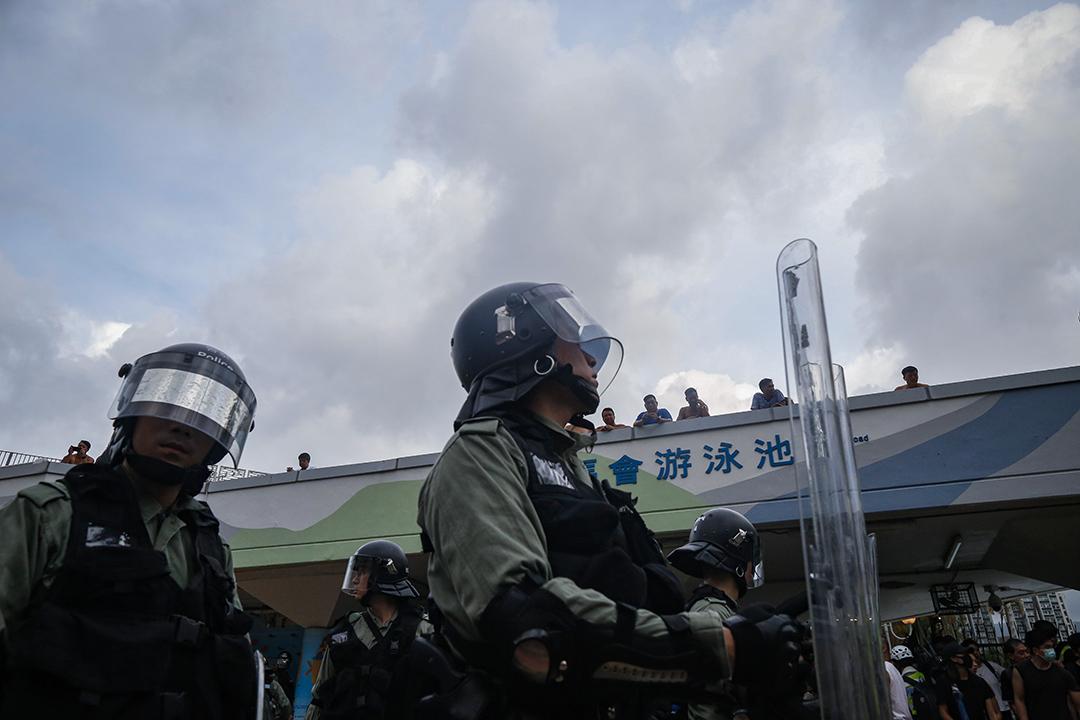 警民之間在沙田源禾路對峙,警民雙方大約隔著50米。
