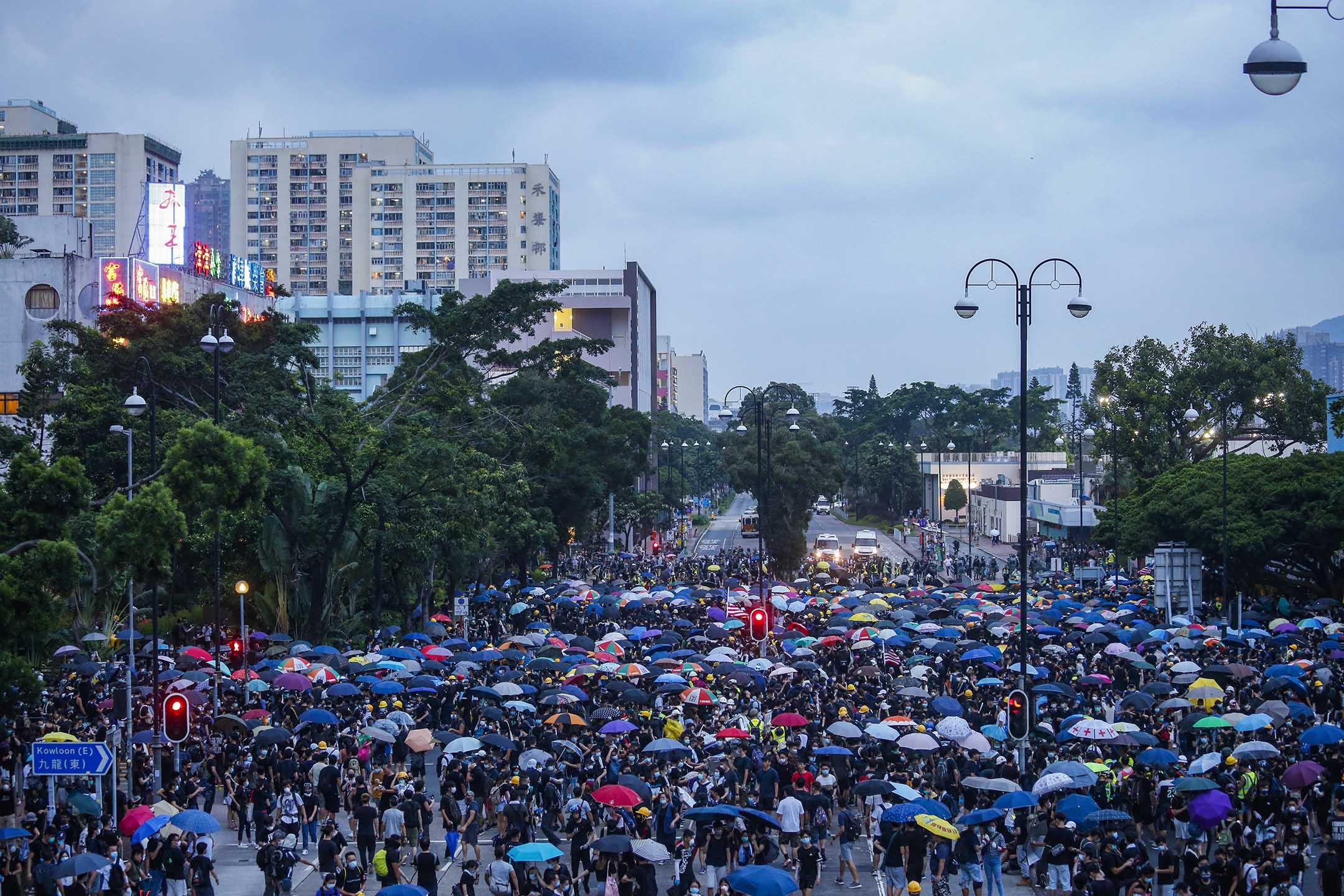 示威者與警方在源禾路和鄉事會路交界對峙數小時。