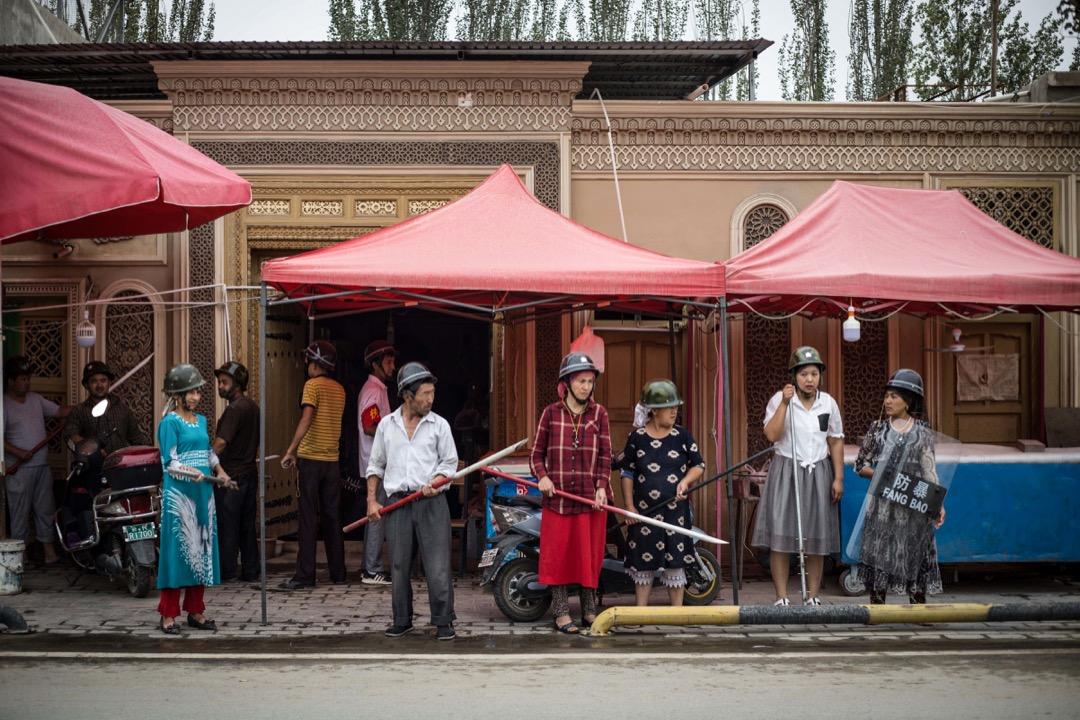 維吾爾幾乎是中國人口較多的少數民族中唯一流動性降低、向自治地區集中的民族,維吾爾變成了全中國,甚至「全世界隔離程度最高的少數族裔」。圖為一個接受訓練的新疆民防隊。