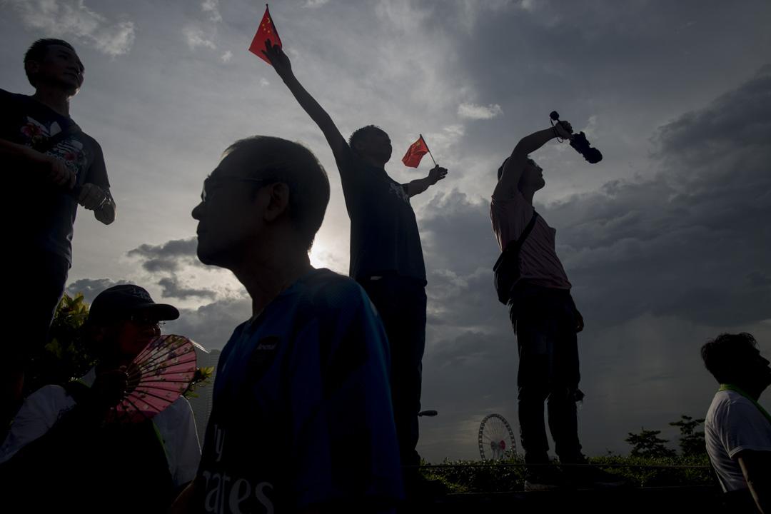2019年6月30日,添馬公園撐警集會,參加者揮舞國旗。 攝:林振東/端傳媒