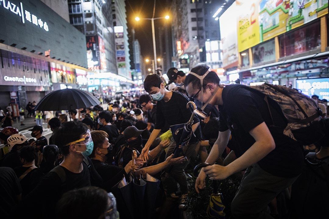 2019年7月7日晚上,警方在旺角彌敦道清場,示威者在逃跑。