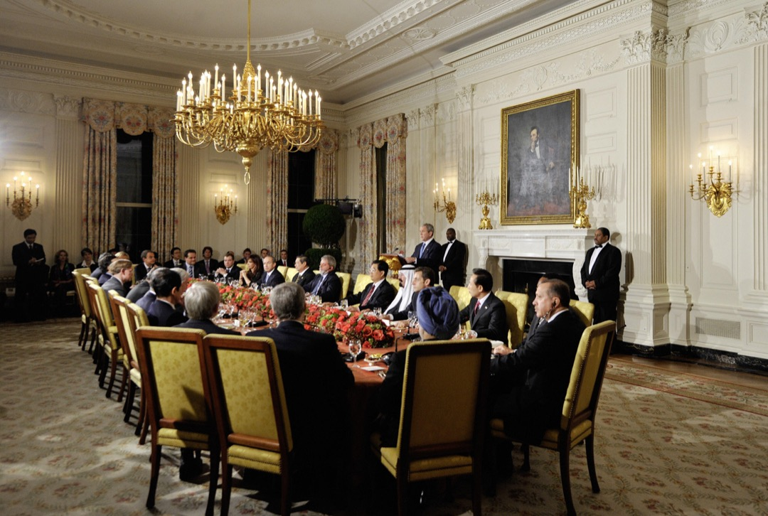 G20 成立近十年後,全球迎來金融海嘯,G20 的功能也獲提升,成為各國領袖商議的重要論壇。圖為時任美國總統小布希主持的一次G20峰會。