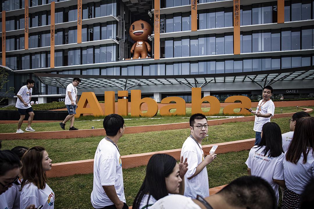 2017年9月8日,員工和訪客在中國杭州阿里巴巴集團的公司總部。