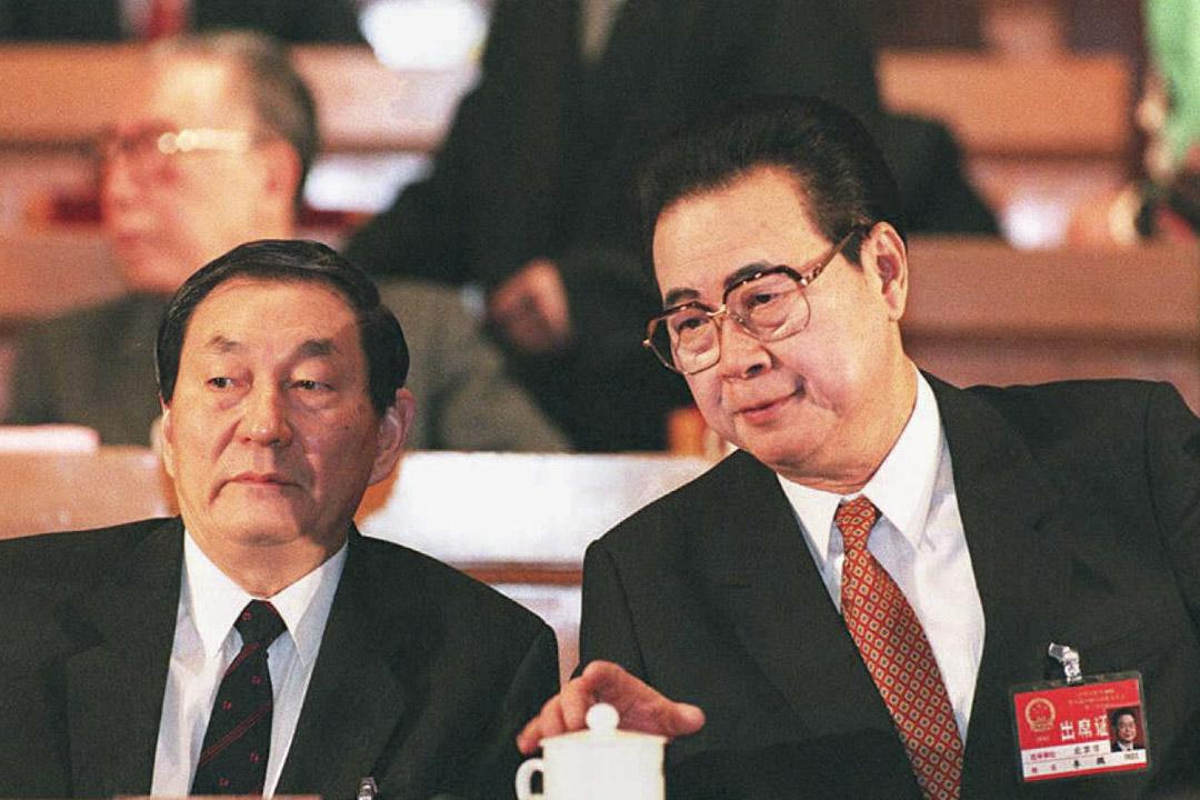 1995年3月5日,時任國務院總理李鵬與時任國務院副總理的朱鎔基在第八屆全國人大會議開幕式上。 攝:Robyn Beck/AFP/Getty Images