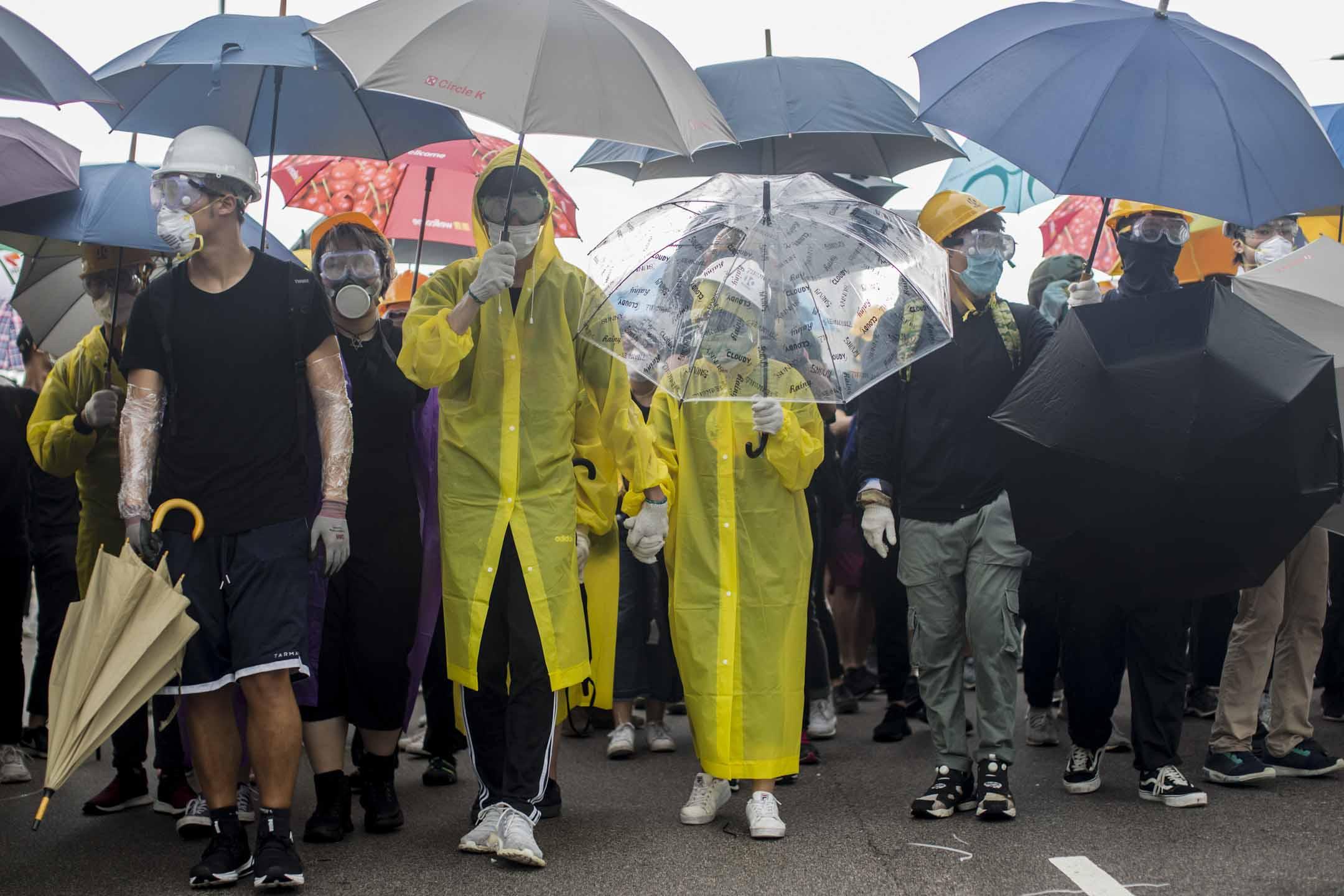 2019年7月1日早上,示威者在會展中心外和警察對峙。 攝:林振東/端傳媒