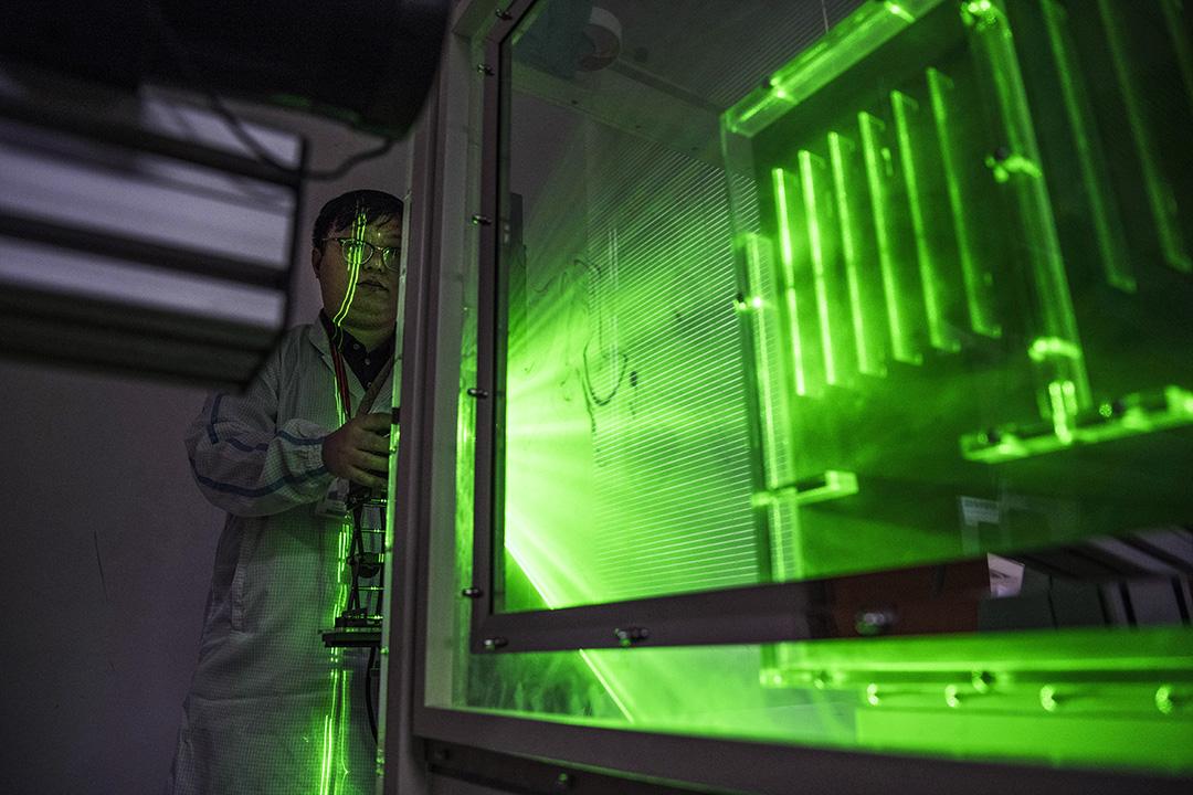 2019年4月12日,華為工程師在深圳坂田進行研究和測試。