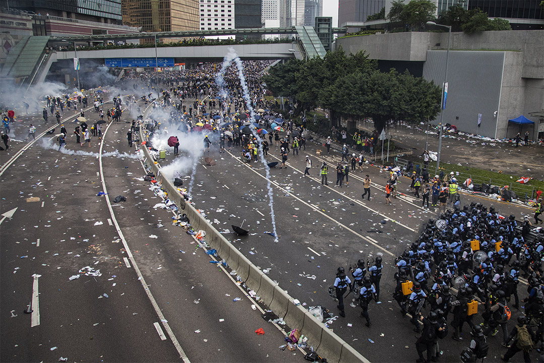 2019年6月12日,香港警方於金鐘夏愨道施放催淚彈,驅散示威者。 攝:陳焯煇 / 端傳媒