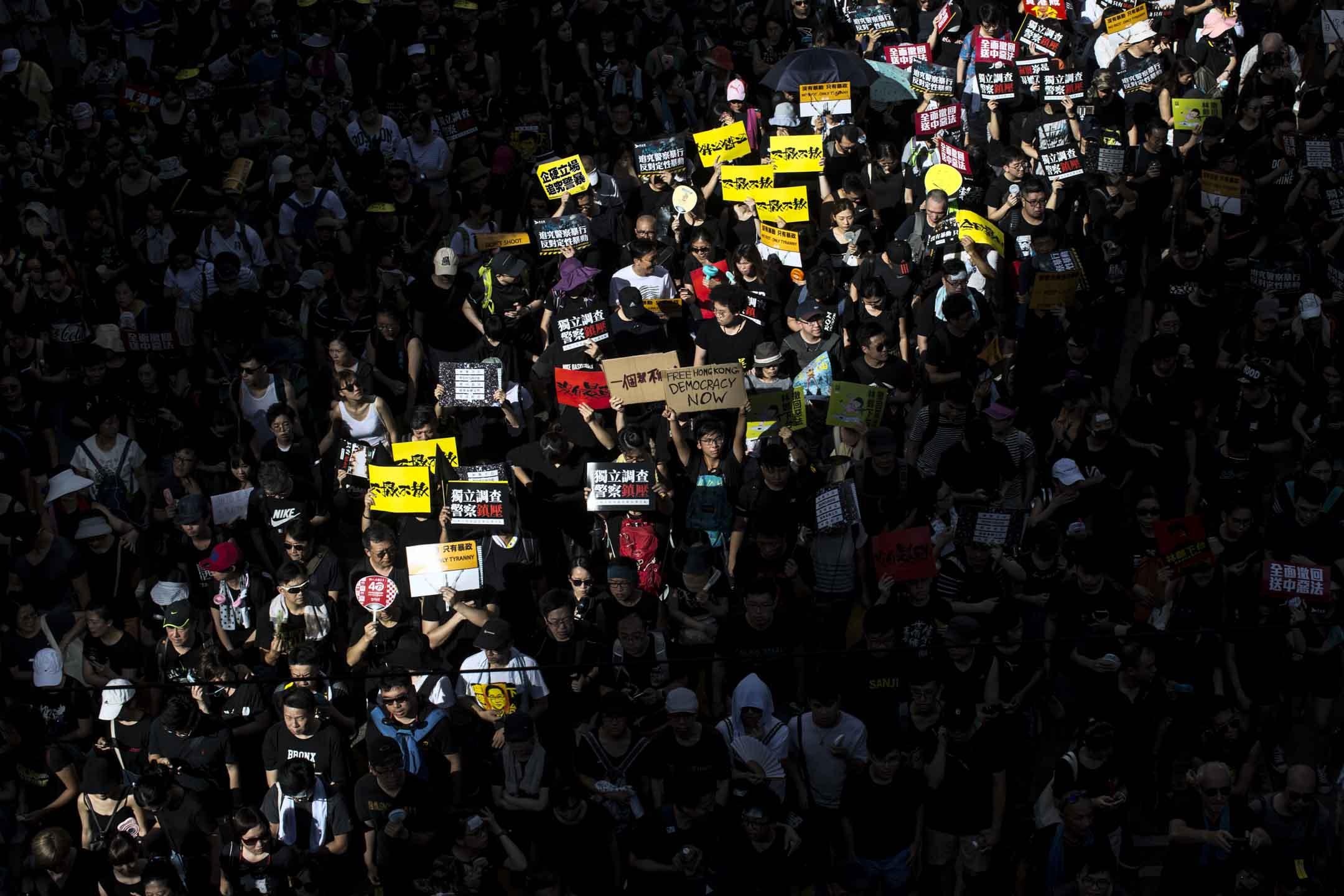 因為修訂《逃犯條例》引發的一波又一波抗爭,令香港進入前所為有的撕裂與衝突。港府的妥協,又一次證明從特區到北京,都還不敢冒引起更大流血的風險硬推遇到社會巨大阻力的法例。 攝:林振東/端傳媒
