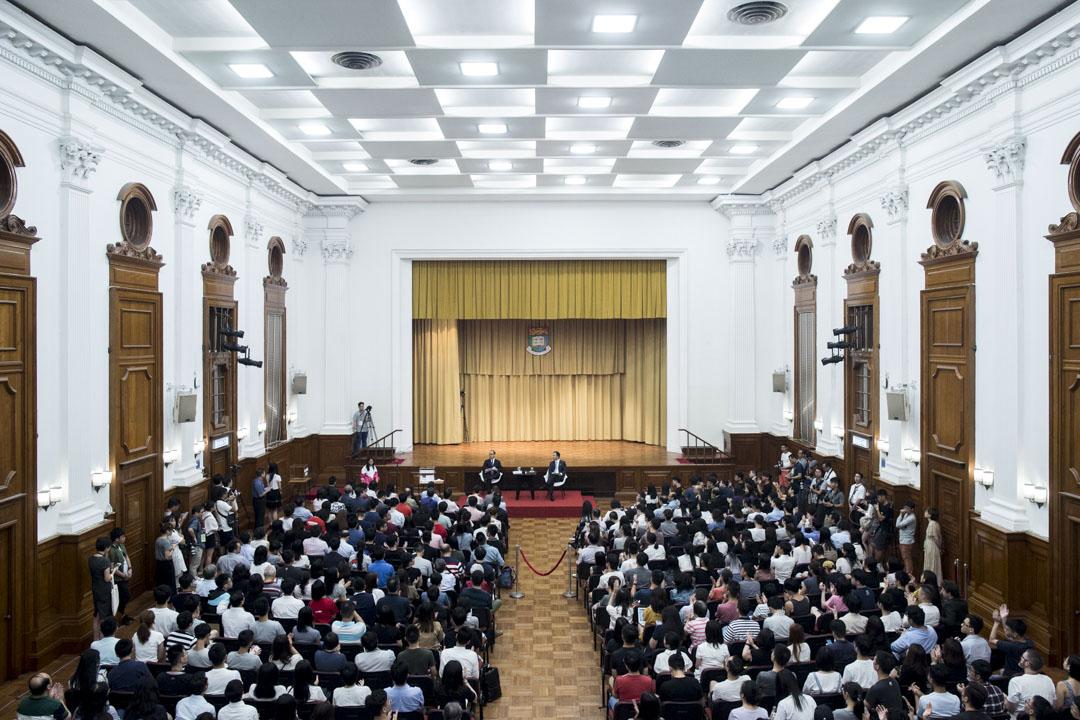 港大校長張翔在香港大學本部大樓陸佑堂與學生對話。