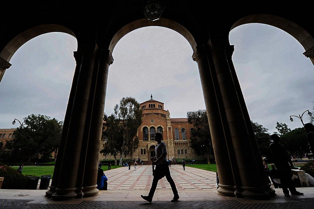 學生在加州大學洛杉磯分校校園裡走過。