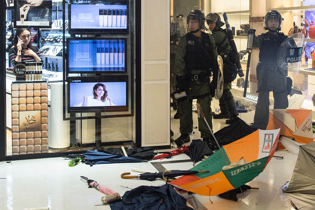 2019年7月15日,大批警員進入商場與示威者在新城市廣場短兵相接,雙方發生流血衝突,期間大部分商店都停止營業。 攝:林振東/端傳媒